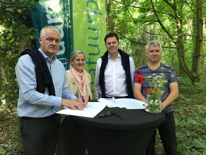 Vertegenwoordigers van Durabrik, de stad Aalst en Natuurpunt in de Kapellemeersen.