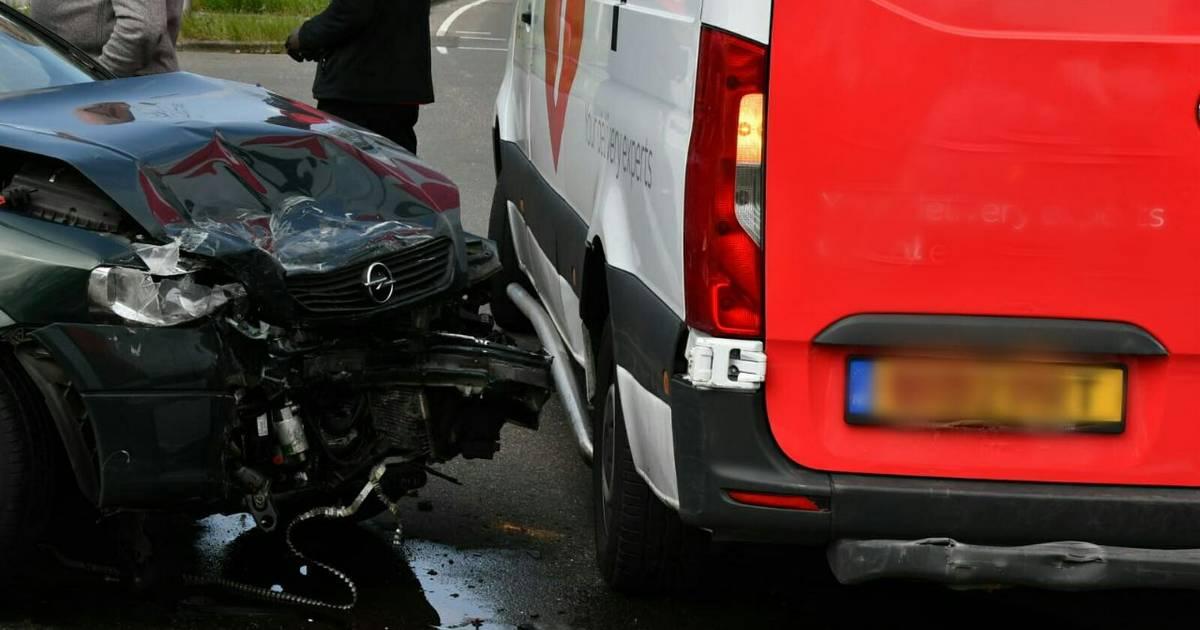 Ravage na aanrijding met drie auto's in Enschede: gewonde naar ziekenhuis.