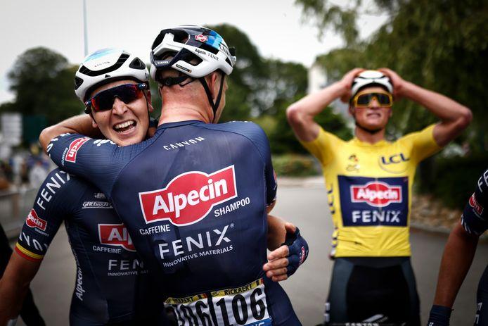 Tim Merlier won de derde etappe van Lorient naar Pontivy na een rit vol valpartijen, waarbij onder meer Primoz Roglic, Peter Sagan en Caleb Ewan hard onderuit gingen. Op de achtergrond kijkt Mathieu van der Poel nog vol ongeloof toe.