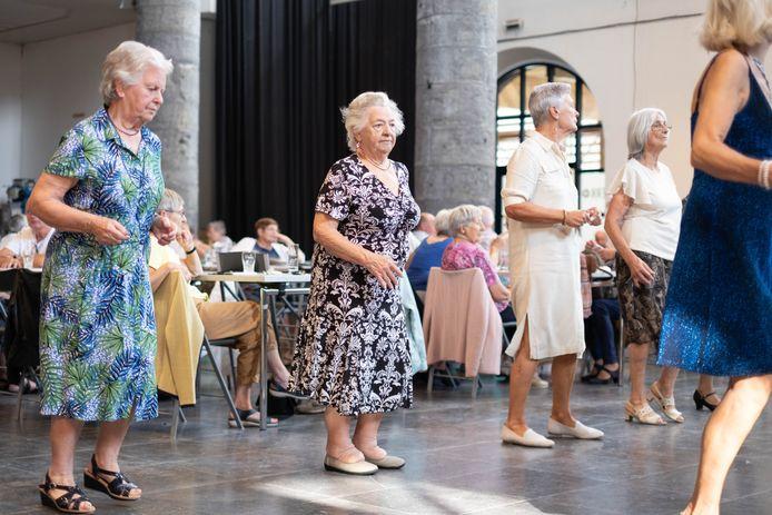 Deze senioren, eerder deze maand gefotografeerd tijdens dansnamiddag Balcazar, zijn allicht niet eenzaam, maar veel van hun leeftijdsgenoten wel. De stad hoopt dat ouderenverenigingen daar iets aan kunnen doen.