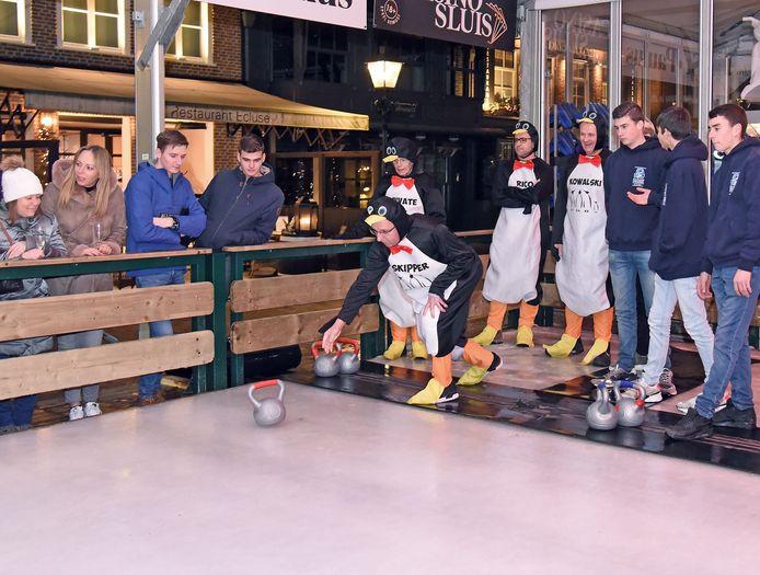 De Pinguïns: gewend aan glad ijs, maar niet de winnaars van de Sluise curlingcompetitie.