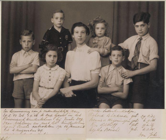 Yerseke, 1945: Directrice Helena Hermina Dop van het Vlissingsche Noodtehuis Zwaluwnest in Oud Gastel poseert samen met de Joodse kinderen die zij in het tehuis liet onderduiken. foto Joods Historisch Museum
