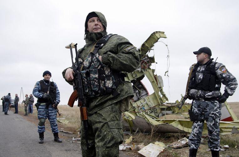 Russische rebellen bij de plek waar MH17 neerstortte nabij Donetsk in Oekraïne. Beeld EPA/ALEXANDER ERMOCHENKO