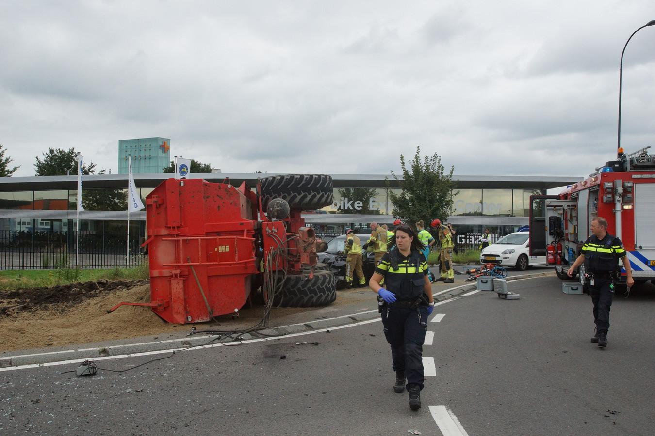 Een trekker met aanhanger en auto botsen op de Biesbosweg in Waalwijk.