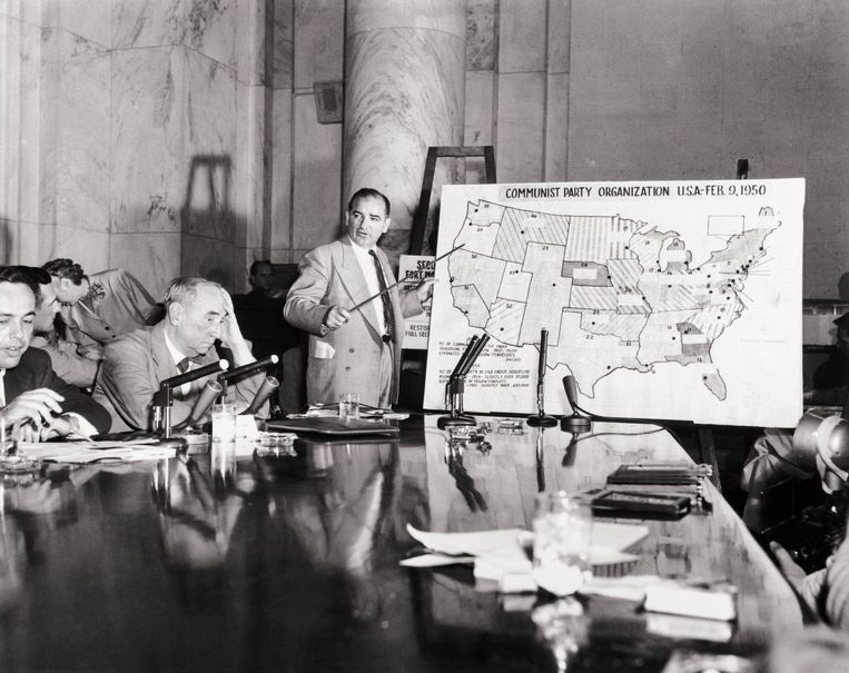 Joseph McCarthy wijst communistische plaatsen op de kaart van de VS aan, 1954. Beeld Getty Images