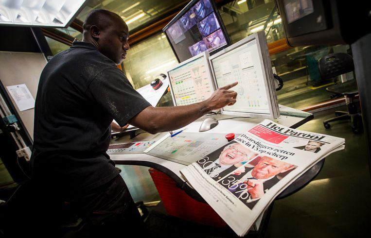 Een medewerker van de drukkerij controleert Het Parool. De krant verhuist van de middag naar de ochtend.   Beeld Hollandse Hoogte /  ANP