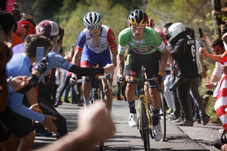 De Baskische fans moedigen Primoz Roglic, David Gaudu (l.) en Hugh Carthy aan op weg naar Arrate. Beeld Photo News