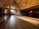 De (nog lege) bovenverdieping van theater De Avenue waar donderdag opnames geschoten werden voor de tv-serie De Stamhouder.