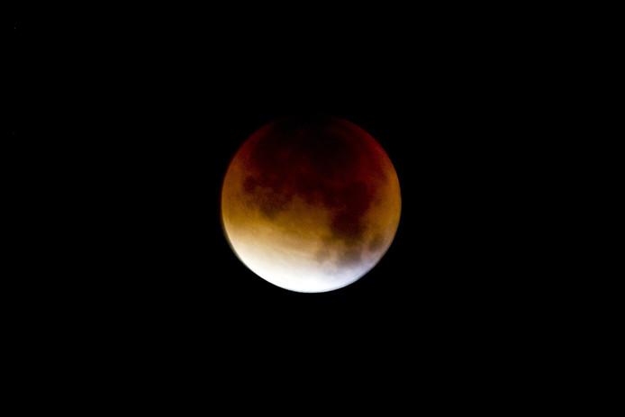 De maan komt ieder jaar zo'n 4 centimeter meer van ons af te staan.