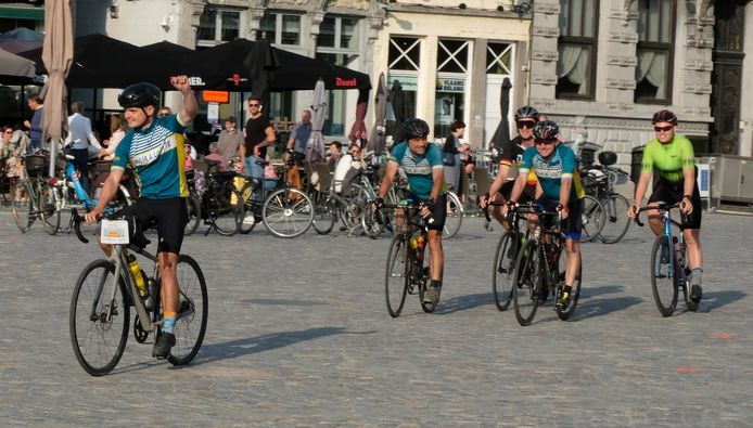 Toon Pellegrims (links) beëindigde zijn Ronde van België op de Grote Markt van zijn thuisstad Mechelen.