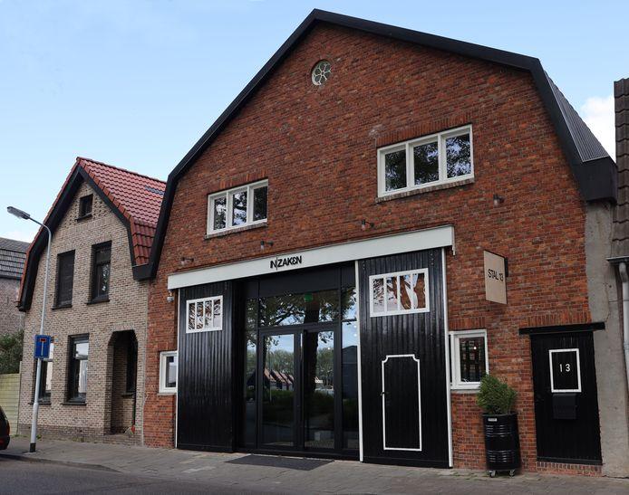 Voorzijde van het kantoor Stal 13 in Terneuzen. De in 1931 gebouwde stal werd de afgelopen twee jaar tot kantoor omgebouwd. De mendeuren naast de glazen entree zijn in originele staat gerestaureerd. Ook het ronde raam bovenin de gevel, het 'uuleraampje', is in oude staat hersteld.