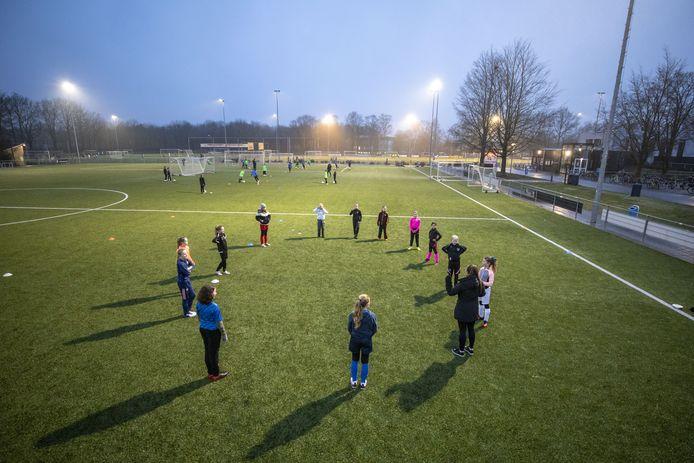 Om de clubs een hart onder de riem te steken, scheldt de gemeente Oldenzaal de huur die de clubs verschuldigd over  het laatste kwartaal van 2020 verschuldigd waren voor het gebruik van de binnensportaccommodaties, kleedkamers en de velden (deels) kwijt.