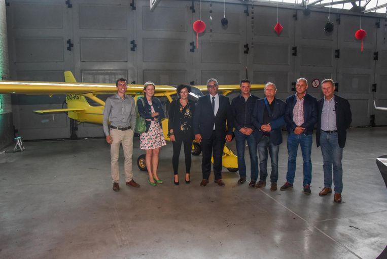 Minister van Defensie Steven Vandeput (m.) opende de nieuwe club in de loodsen van de vroegere Belgian Air Cadets op het voormailig militair domein.