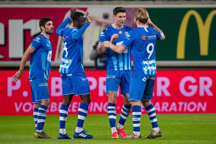 Roman Bezus (rechts) feliciteert Roman Yaremchuk met het openingsdoelpunt tegen KV Oostende.