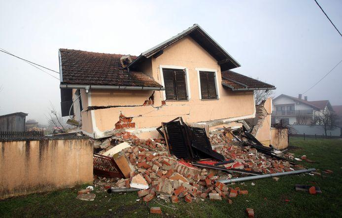 Een ingezakt huis in Petrinja.