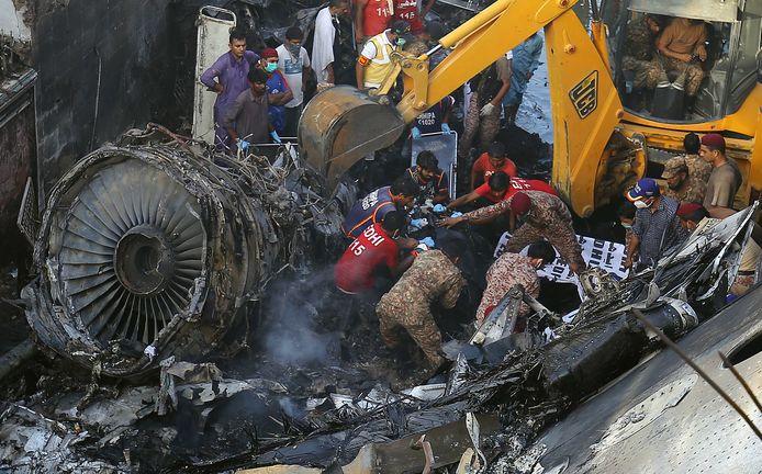 De ravage nadat het vliegtuig neerkwam op een woonwijk.