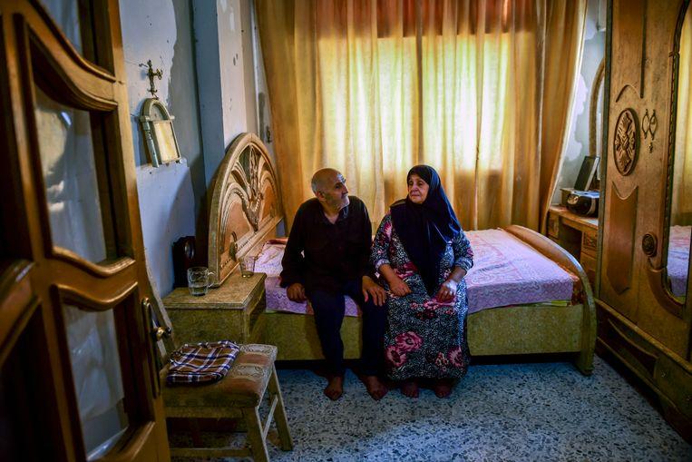 Ali Hamoud Tohme en zijn vrouw Um Fares keerden in mei terug naar hun appartement in Douma.Toen ze thuiskwamen, waren ze twintig familieleden kwijt. Beeld NYT MERIDITH KOHUT