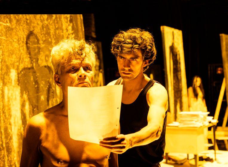 Benja Bruijning (r.) en Martijn Apituley in De tolk van Java. Beeld Foto: Annemieke van der Togt