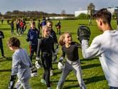 Deventer kinderen trotseren kou en volleyballen met met blote voeten