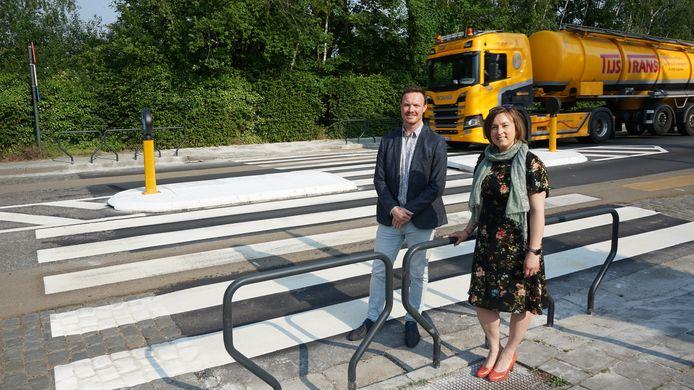 Schepen van mobiliteit Lieve Truyman en gemeenteraadslid Bart Van Geyt bij het eerste gevleugelde zebrapad in de Parklaan.