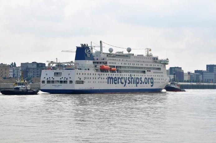 Global Mercy met sleepboten van Multraship in Antwerpen.