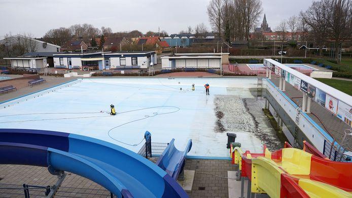 Zwembad de Meermin in Steenbergen wordt schoongemaakt