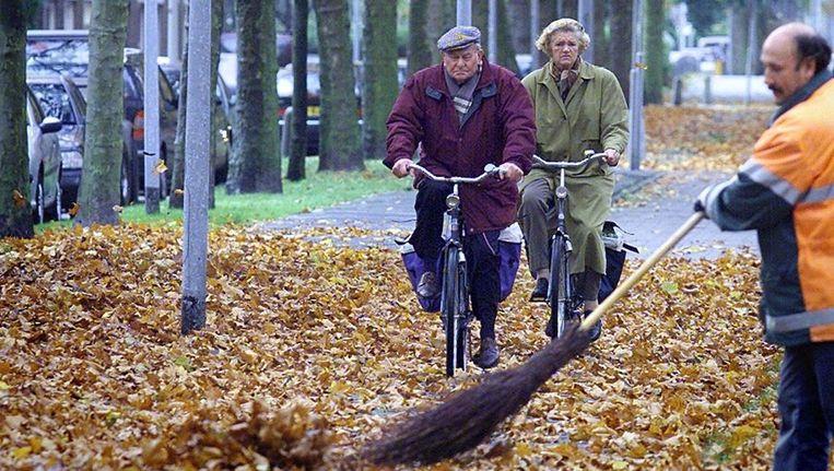Archieffoto: een medewerker van de stadsreiniging veegt bladeren in Amsterdam-Buitenveldert. Beeld anp