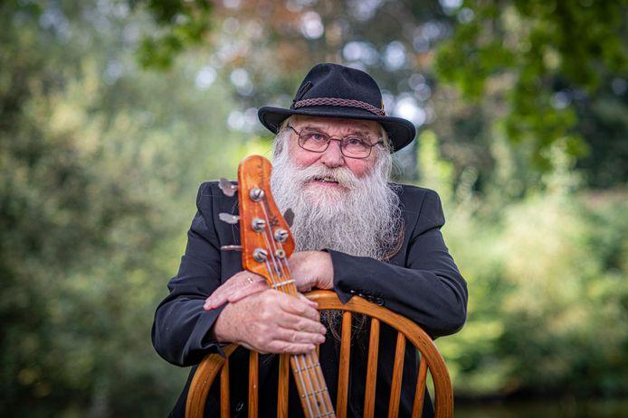 Hein Migchelbrink (74) weet van geen ophouden. De legendarische Ruurlose zanger van The Spitfires gaat door met zijn illustere songteksten zolang hij kan.