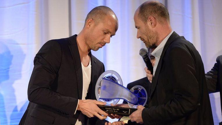 Sven Nys kreeg zijn trofee van Wim Verhoeven, hoofdredacteur van Het Laatste Nieuws en HLN.be. Beeld PHOTO_NEWS
