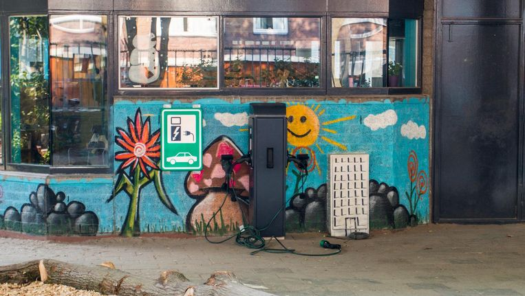 Educatief én ludiek, de laadpaal voor elektrische auto's op het schoolplein van de Buitenveldertse Montessorischool Beeld Jesper Boot