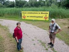 Actievoerders Woolde trekken strijd tegen windmolens breder en gaan flyeren in Hengelo, Delden en Borne