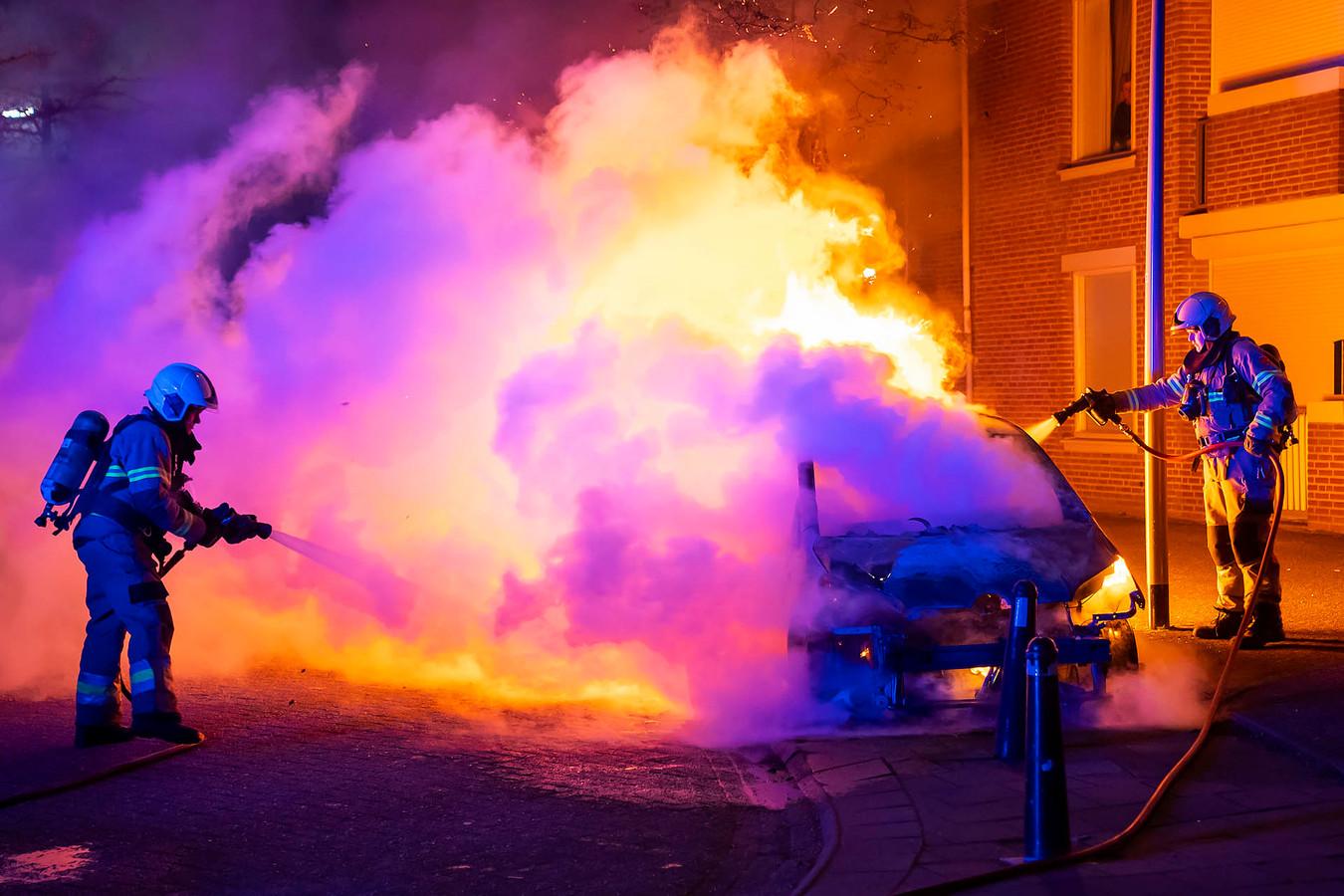 Bij aankomst van de brandweer bleek de auto al niet meer te redden