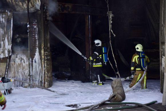 De brandweer slaagde erin de vuurhaard te beperken tot een oppervlakte van zowat veertig vierkante meter.