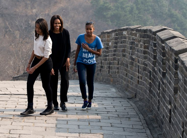 U.S. first lady Michelle Obama walks with her daughters Malia, left, and Sasha, right, as they visit the Mutianyu section of the Great Wall of China in Beijing Sunday, March 23, 2014. (AP Photo/Andy Wong) Beeld AP