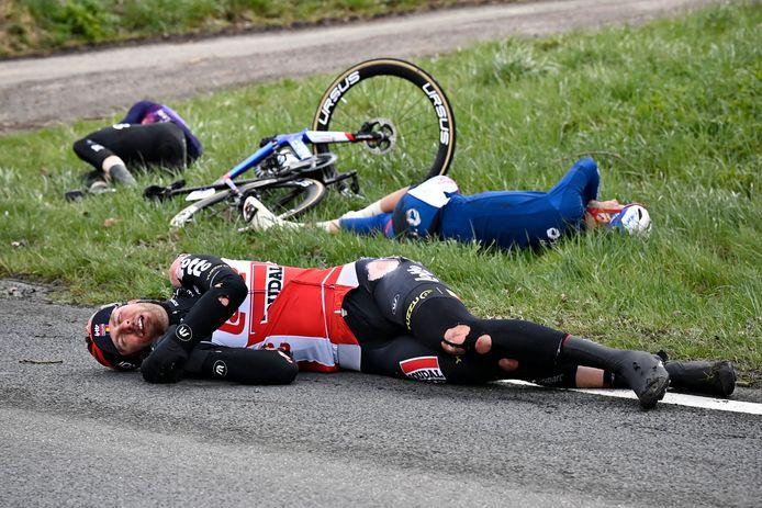 Frederik Frison ligt na de zware valpartij gehavend op de grond.