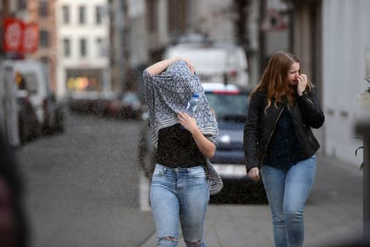 Het meisje links bedekt haar hele hoofd om zich tegen de muggen te beschermen.
