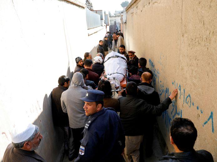 Familieleden dragen het lichaam van een vrouwelijke rechter die in januari werd doodgeschoten door onbekende schutters in Kaboel.