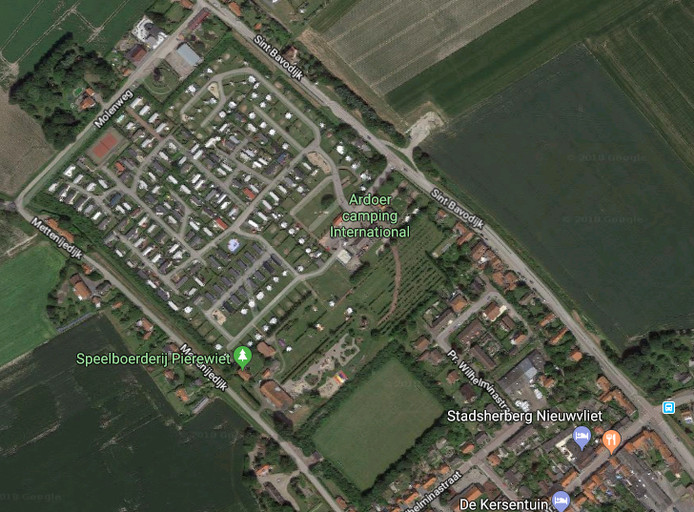 Camping International ligt aan de rand van Nieuwvliet-Dorp. Daardoor heeft het kampeerterrein veel 'buren'.