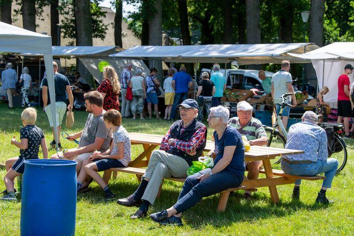 Lekker dorps weer samen op de bank op de Boerenmarkt in Vilsteren.