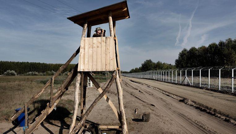 Hongaarse soldaat in wachttoren aan de grens die met een hek is afgesloten voor vluchtelingen Beeld Daniel Rosenthal