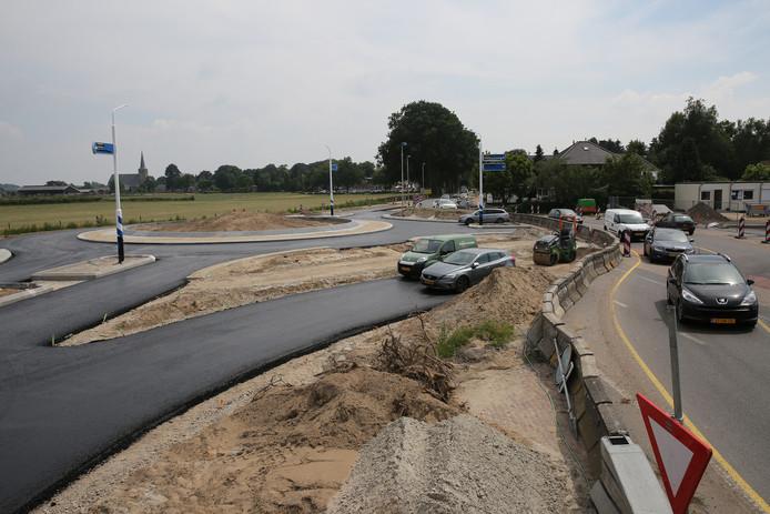 Het werk aan de nieuwe rotondes in Voorst duurt langer dan gepland.