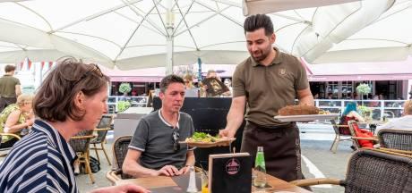 Het wordt druk bij de cafés en restaurants, maar aan personeel is een gebrek