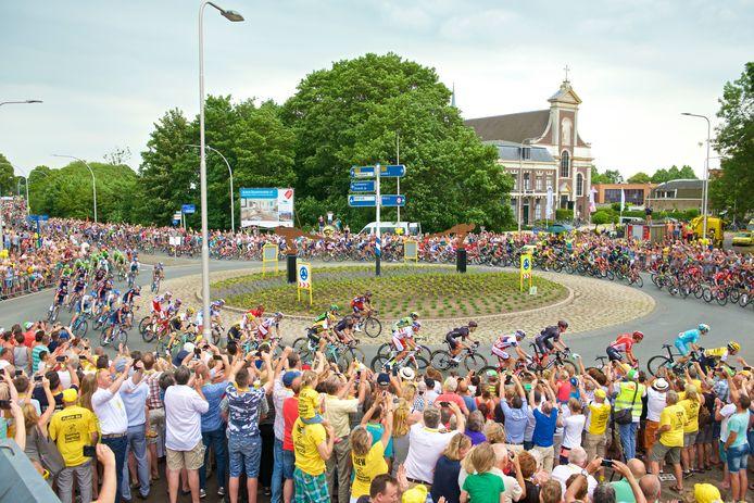 2015. De tweede etappe van de Tour de France, het peloton passeert Haastrecht.