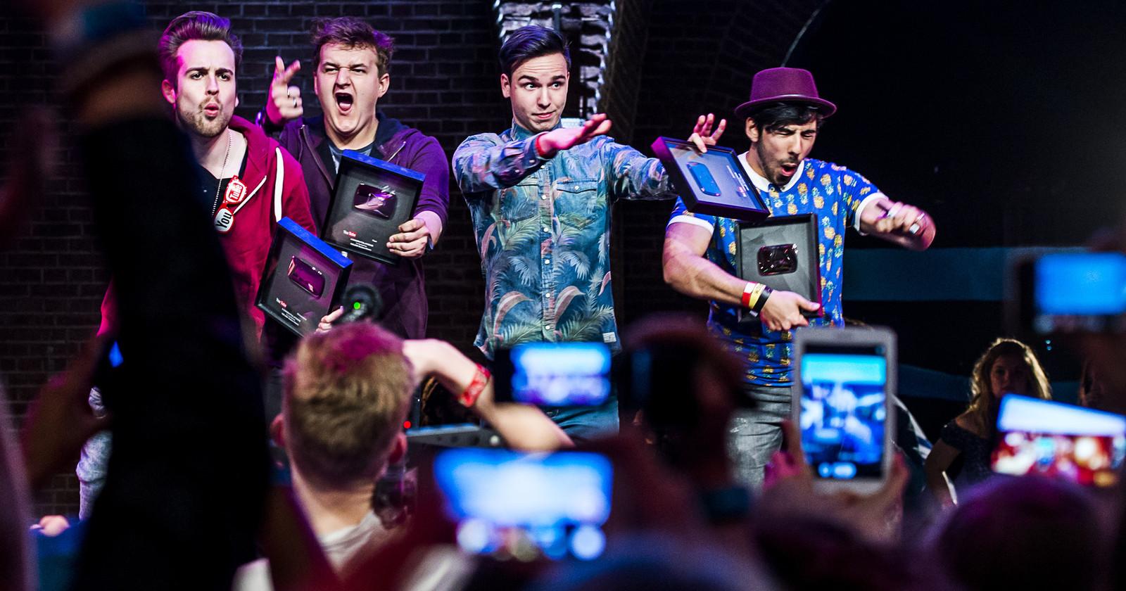 Populaire Youtubers nemen de Golden Playbutton in ontvangst tijdens het VEED festival