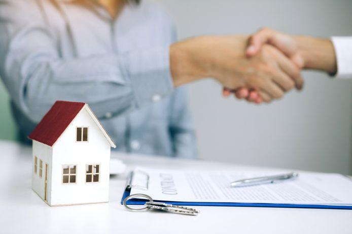 Huizen worden duurder doordat huizenkopers vaak meer dan de vraagprijs moeten neerleggen om kans te maken.
