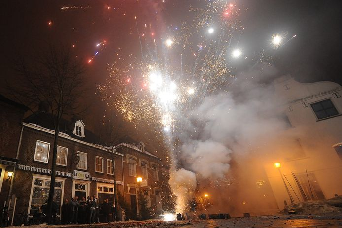 Maasstraat in Cuijk, 1 januari 2011: toen mocht er gewoon vuurwerk worden afgestoken.