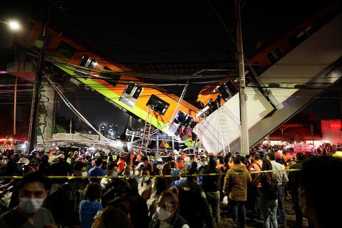 Reddingswerkers halen mensen uit de naar beneden gestorte trein in Mexico-stad.