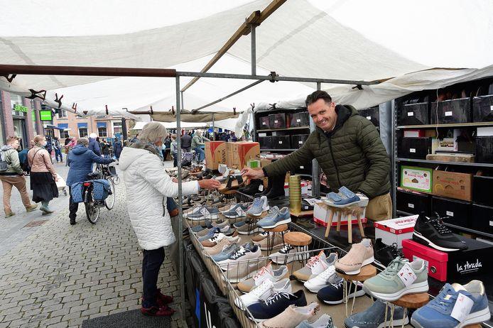 Norbert van de Sanden staat weer met zijn schoenenkraam op de markt.