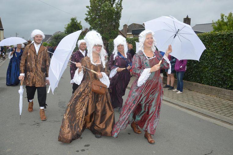 Heel wat groepen en verenigingen namen deel aan de Turfboerstoet.