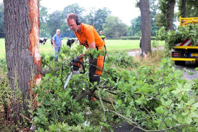 Op de Helvoirtsestraat in Helvoirt is een chauffeur met zijn vrachtwagen tegen twee bomen gebotst.